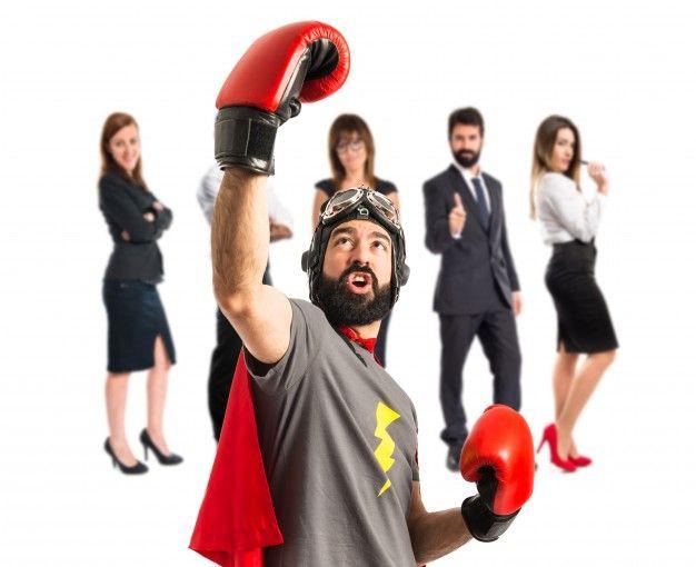 Hombre con capa de súper héroe y guantes de boxeo, líder