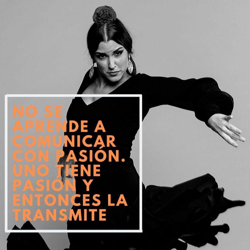 Bailarina de flamenco con frase sobre la pasión